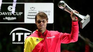 Rafa Nadal levanta el trofeo que le acredita como el jugador mejor...