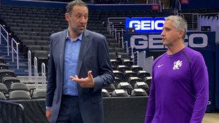 Igor Kokoskov, técnico ayudante en los Kings, charla con Vlade Divac...