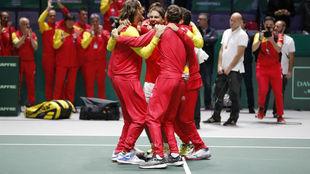 Los jugadores españoles celebran la victoria en la Copa Davis