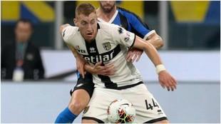 Dejan Kulusevski protege el balón en presencia de Diego Godín.