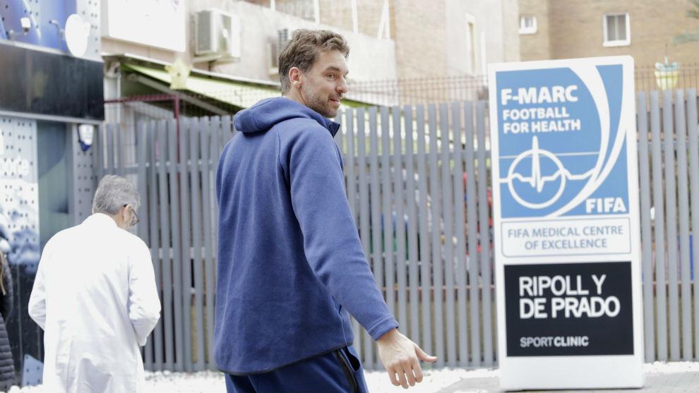 Pau Gasol, a su llegada a la clínica