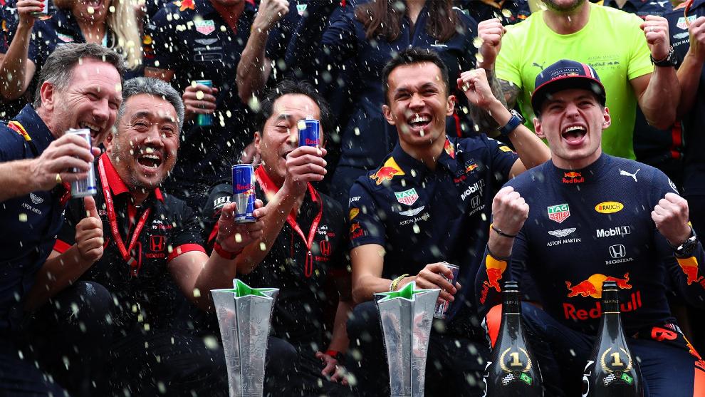 El equipo Red Bull y Honda celebran la victoria de Verstappen en...