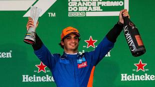 Carlos Sainz celebra su podio en Interlagos.
