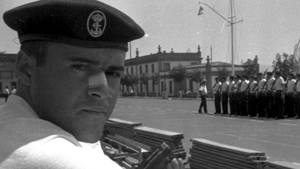 Luis Enrique, de marinero, cuando estaba de permiso para hacer la...