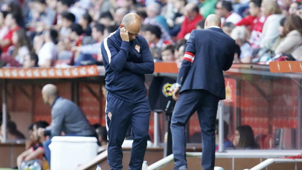 José Alberto López, se muestra preocupado en el banquillo frente al...