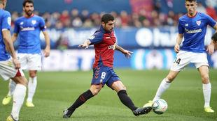 Fran Mérida se lleva un balón ante jugadores del Athletic