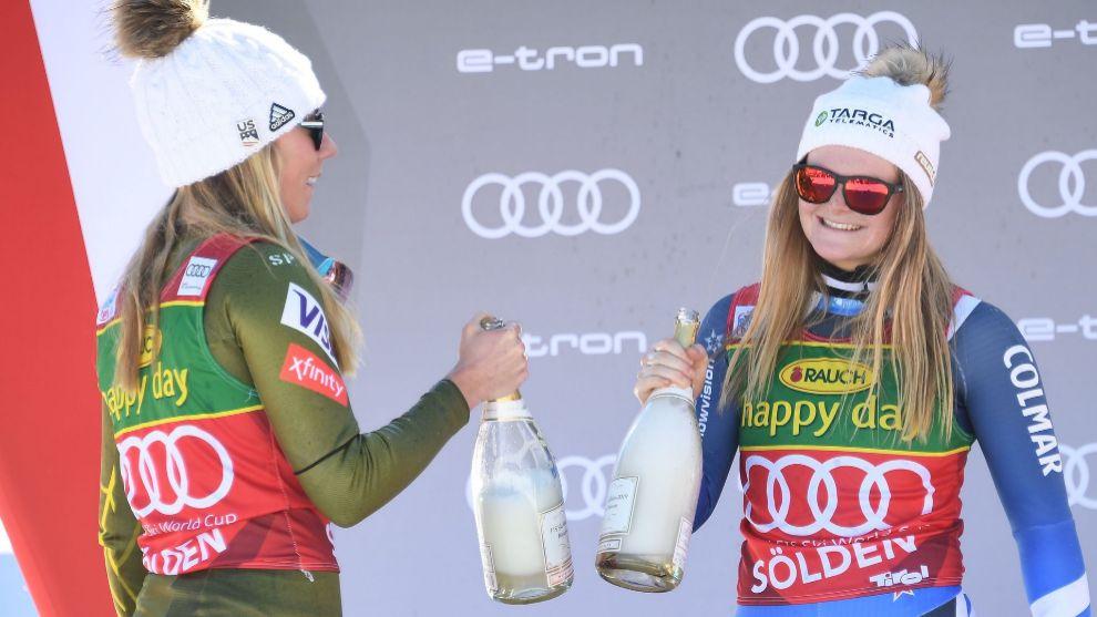 Alice Robinson celebra su victoria en el podio de Soelden junto a...
