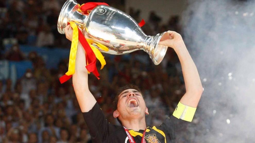 Casillas levanta la Euro ganada por España el 29 de junio de 2008 en...