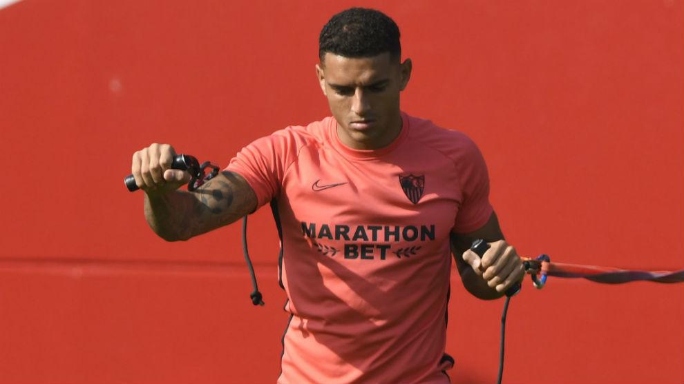 Diego Carlos hace un ejercicio en un entrenamiento.
