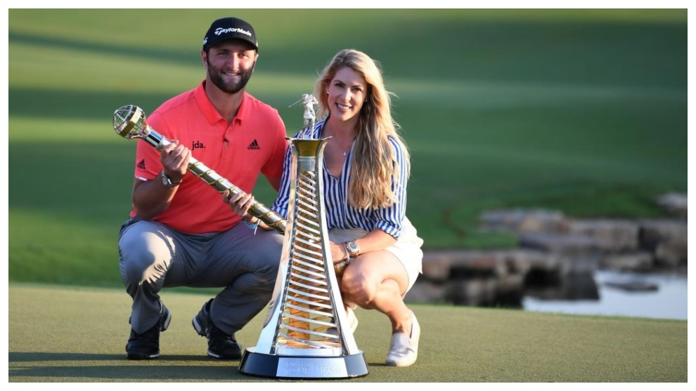 Jon Rahm, con su prometida Kelly, posa con los títulos de Dubai y la...