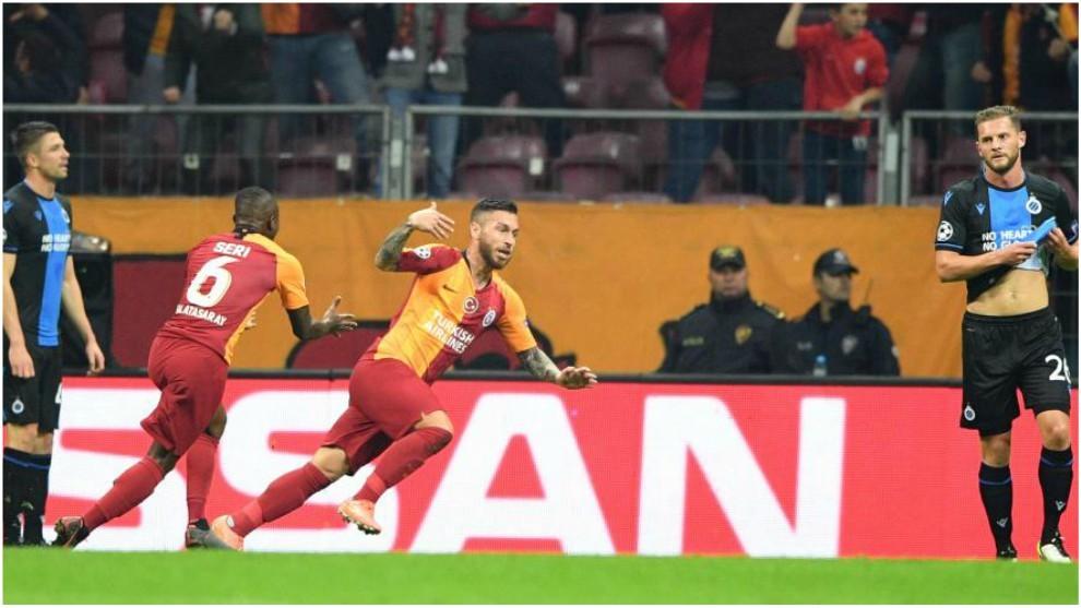 Adem Buyuk corre a festejar el 1-0 del Galatasaray.