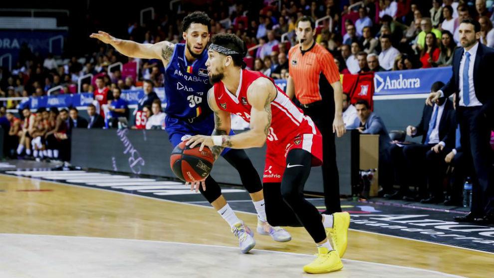 Askia Booker conduce el balón en el partido del UCAM Murcia en...