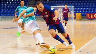 Ferrao trata de llevarse el balón ante la oposición de Araça.