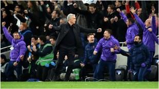 José Mourinho celebra uno de los goles del Tottenham.