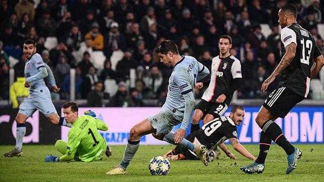 Morata no acierta a marcar tras un pase de Correa.