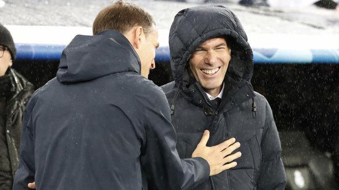 Zinedine Zidane se ríe durante el saludo con Tuchel.