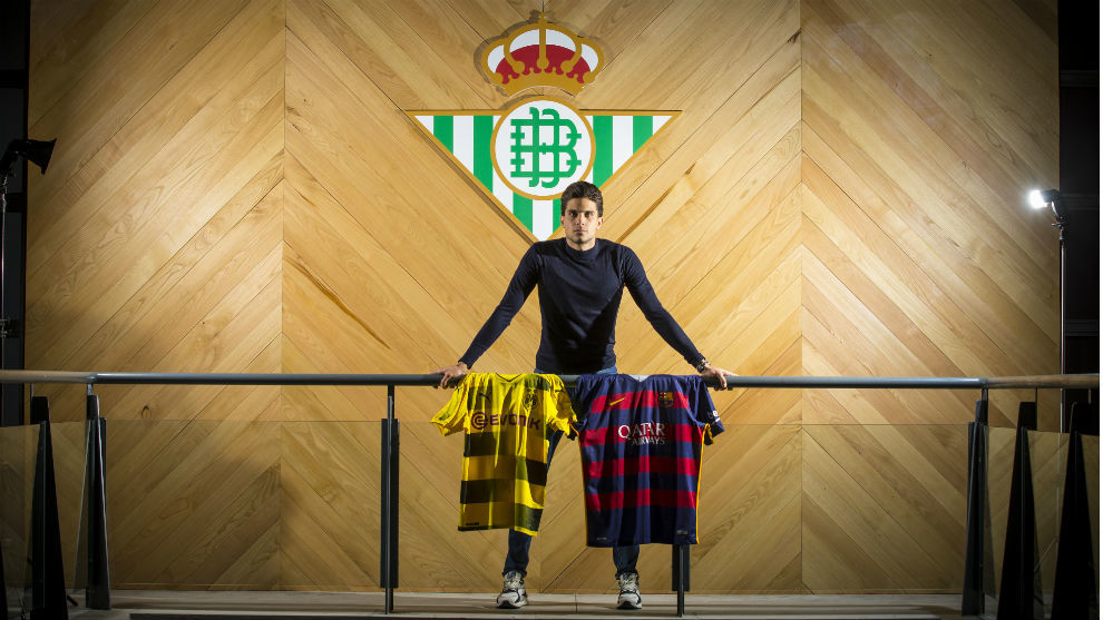 Marc Bartra poses for MARCA.