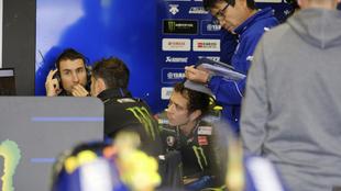 David Muñoz y Valentino Rossi en el 'box' de Yamaha