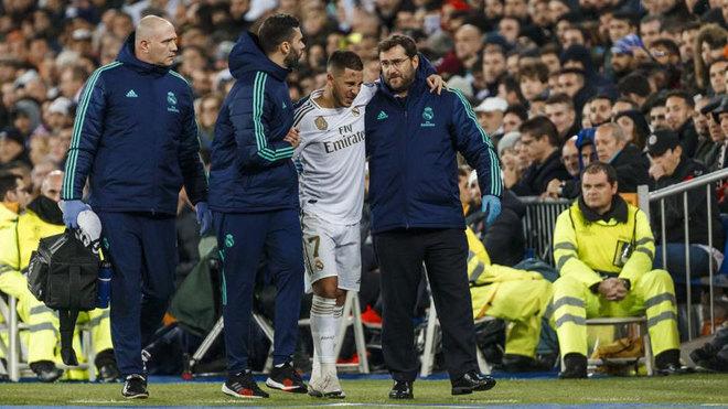 Eden Hazard, retirándose del terreno de juego.