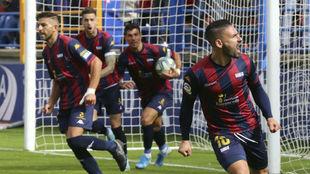 Jugadores del Extremadura celebran un tanto ante el Girona