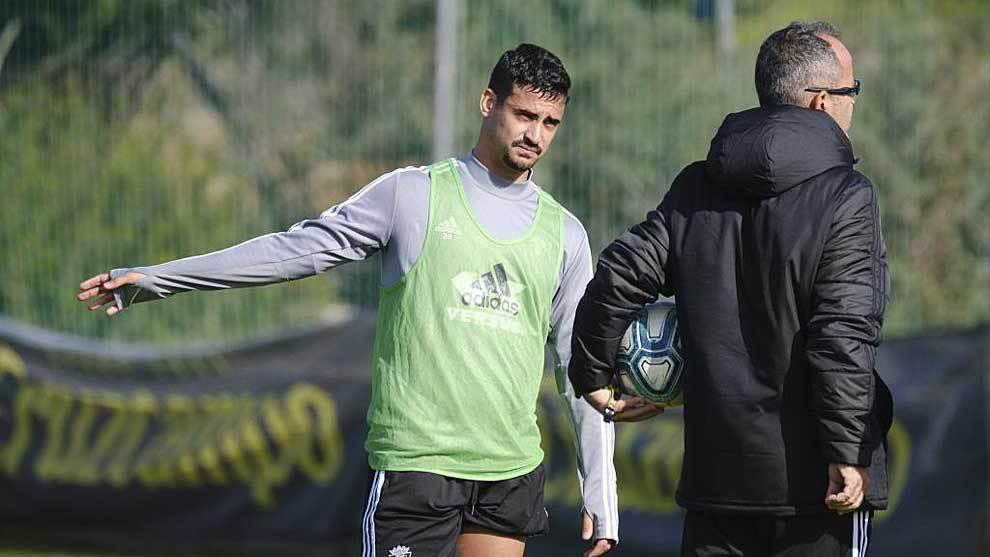 Nano Mesa se dirige a Álvaro Cervera durante el entrenamiento de este...