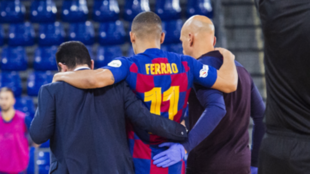 Ferrao se retira lesionado en el partido frente a Osasuna Magna.