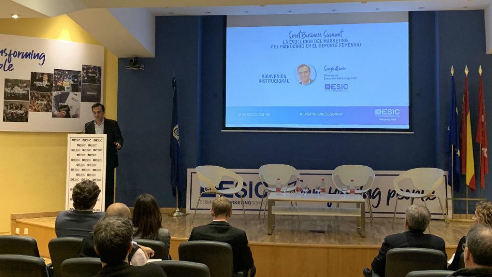 Carlo Cutropia introduce la actividad en las instalaciones de ESIC.
