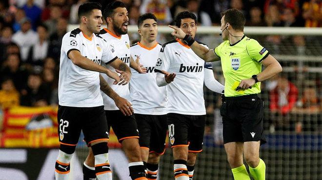 Los jugadores protestan al colegiado del partido.
