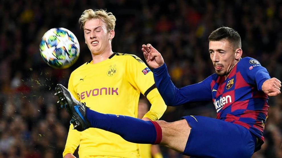 Lenglet despeja un balón contra el Borussia.