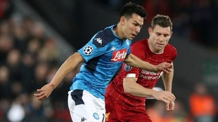 Hirving Lozano y James Milner disputan el balón.