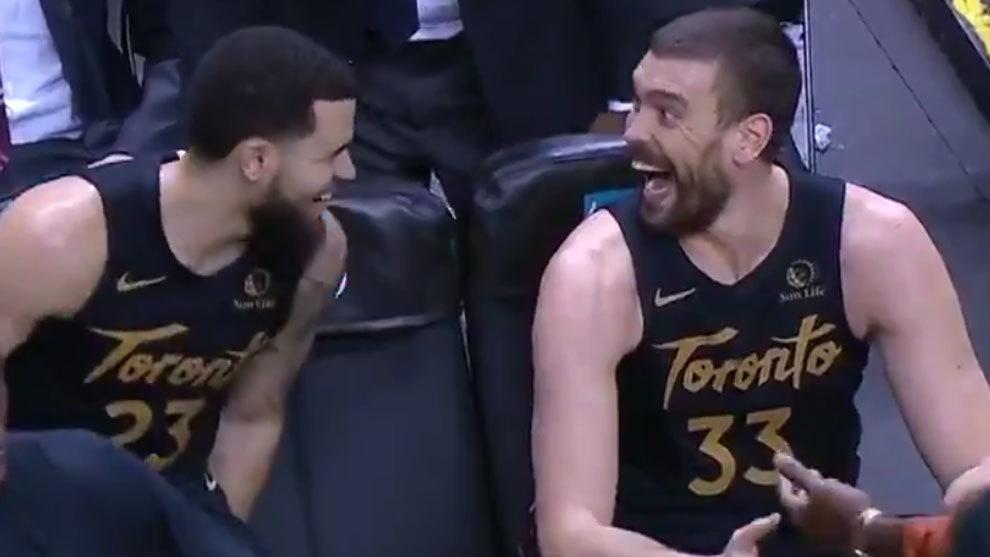Marc Gasol ríe con VanVleet en el banquillo de los Raptors