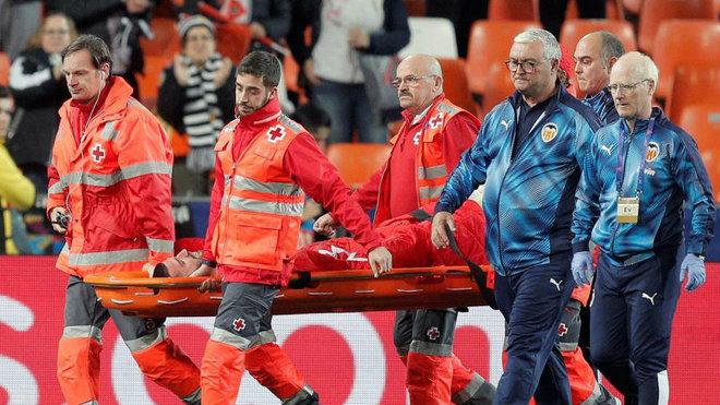 Gayá abandona en camilla el estadio junto a los médicos del club.