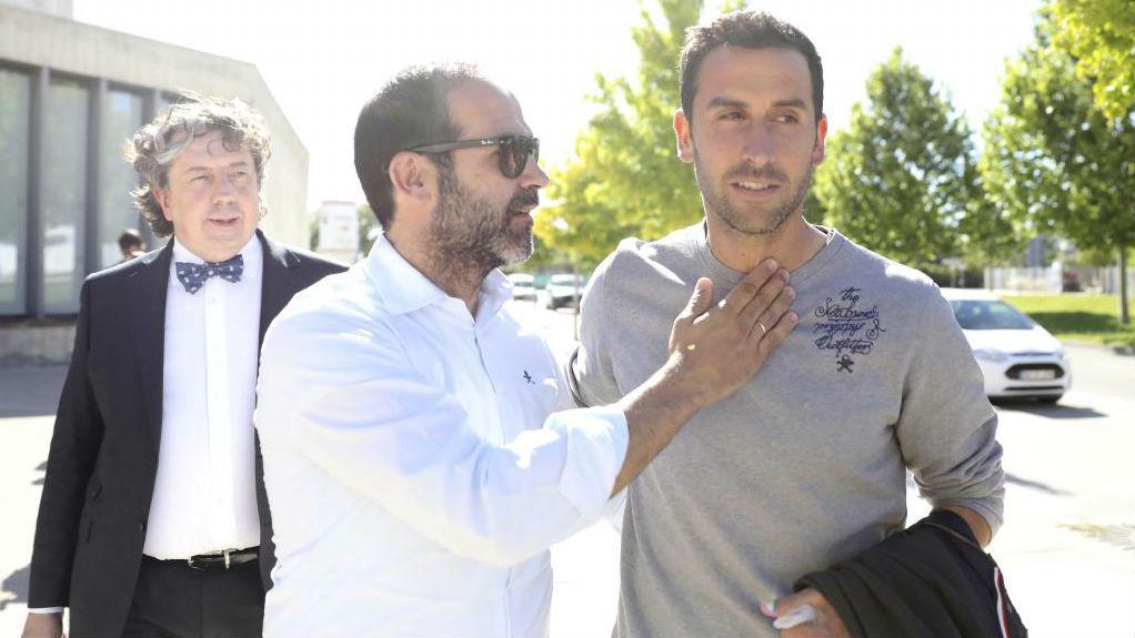 Íñigo López, con su hermano y su abogado, Juan Pablo Lerena, al...