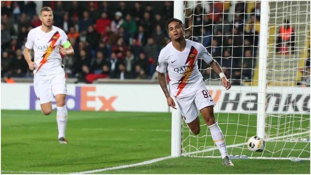 Justin Kluivert celebra su gol contra el Basaksehir.