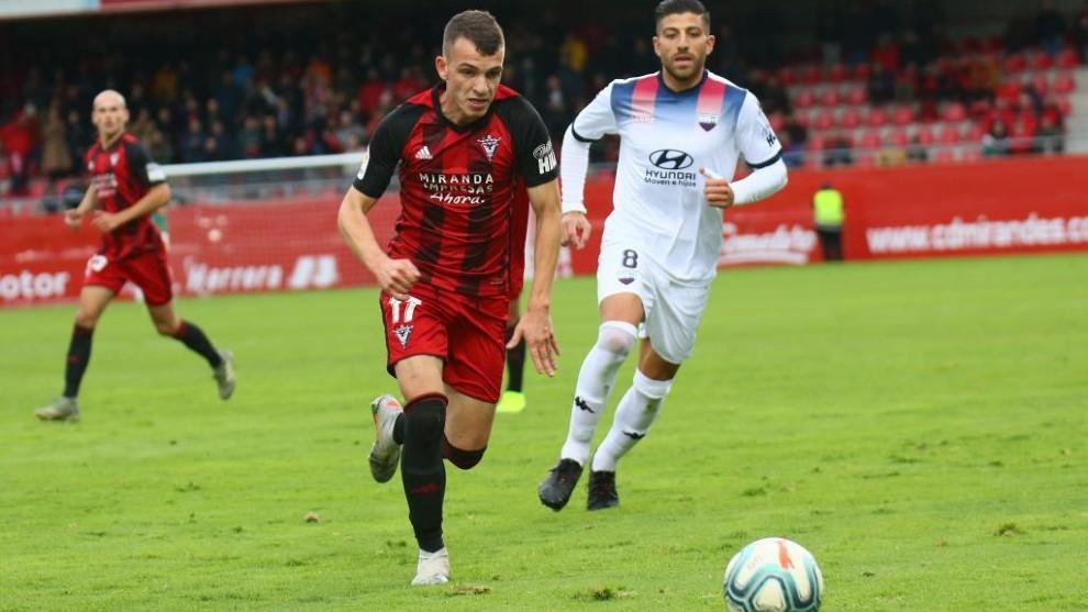 Íñigo Vicente persigue un balón en el partido Mirandés -...