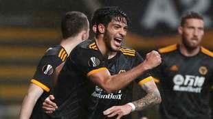 Raúl Jiménez festeja su gol