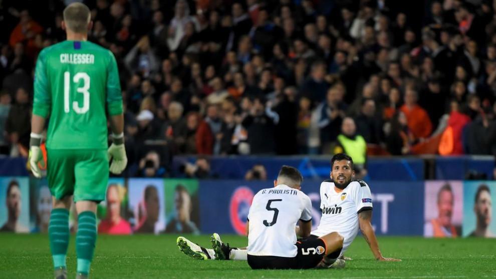 Garay y Paulista, rendidos en el suelo tras el partido contra el...
