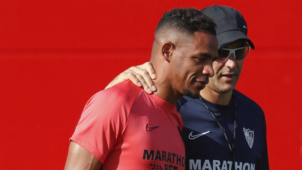 Fernando Reges (32) y Lopetegui (53) conversan en un entrenamiento.