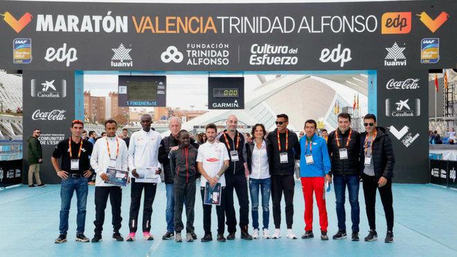 Los atletas élite posan en la meta del Maratón de Valencia 2019.