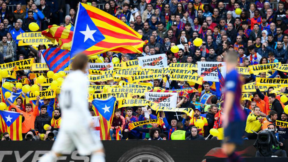 Las gradas del Camp Nou lucen pancartas reivindicativas.