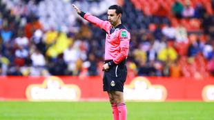 César Arturo Ramos durante un partido en el Estadio Azteca.