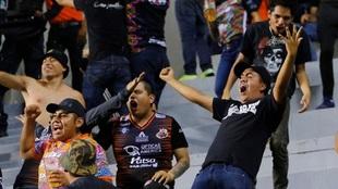 Los fanáticos de Alebrijes celebran con euforia.