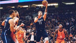 Luka Doncic supera a la defensa de los Suns para anotar una bandeja