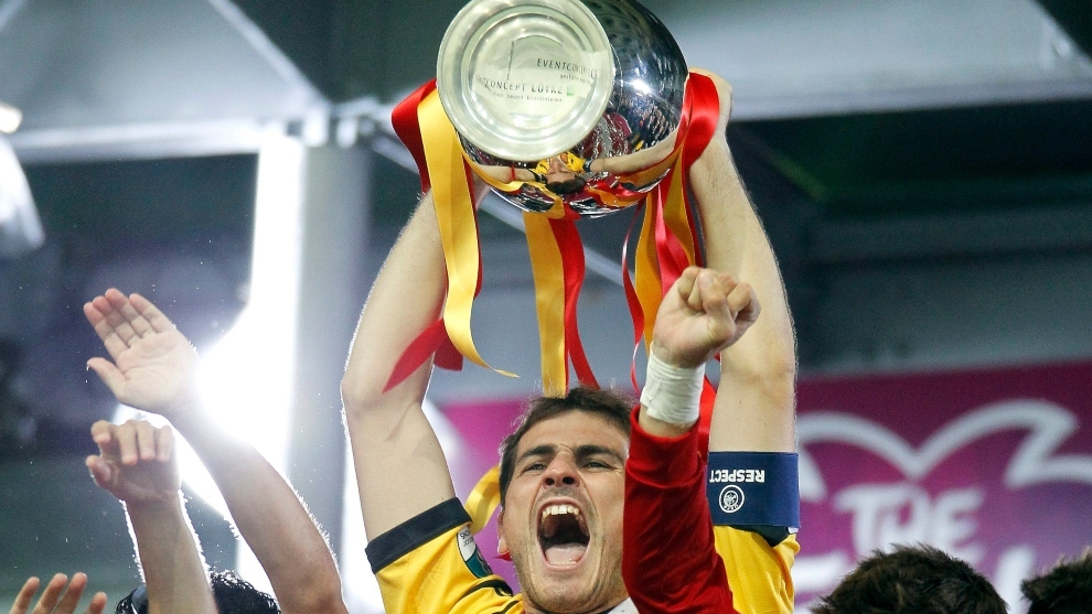 Casillas levanta la Euro de 2012.