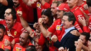 Camilleri celebra con Leclerc el triunfo de Ferrari en Monza de 2019.