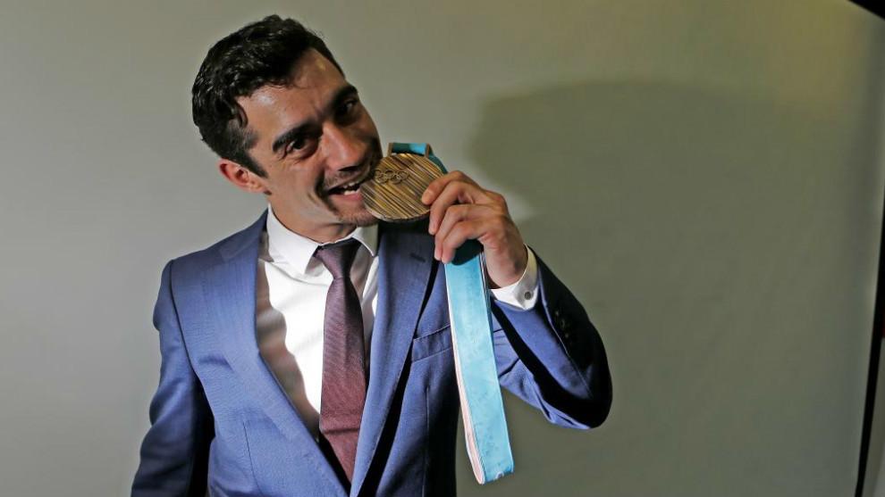 Javier Fernández muerde su medalla olímpica