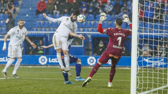 Isco Alarcón remata de cabeza en la jugada del 1-2.