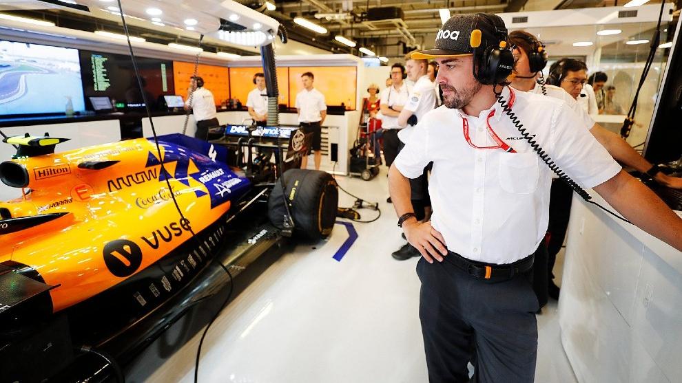 Fernando Alonso en el box de McLaren en Abu Dhabi.
