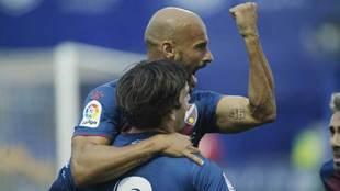 Mikel Rico celebra con Eugeni el segundo gol del Huesca en Santo...
