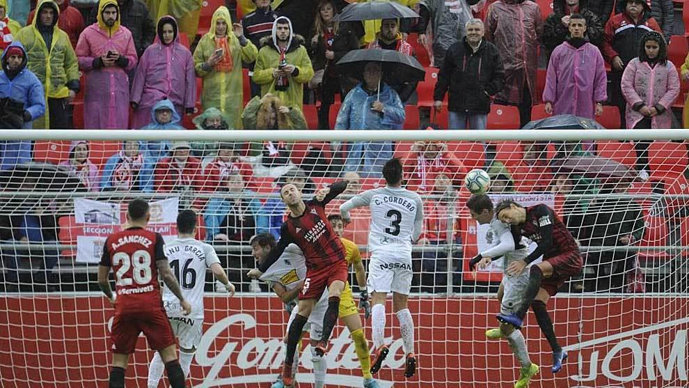 Sergio González intenta rematar un balón aéreo bajo la lluvia en...